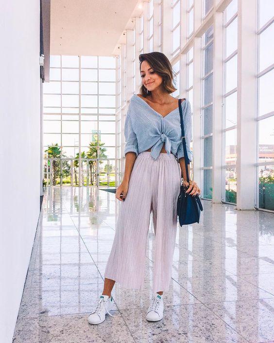 camisa azul com nozinho, calça cinza pantacourt e sapato branco