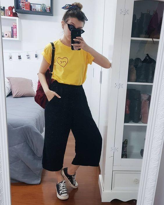 blusa amarela, calça preta pantacourt e tênis preto all star