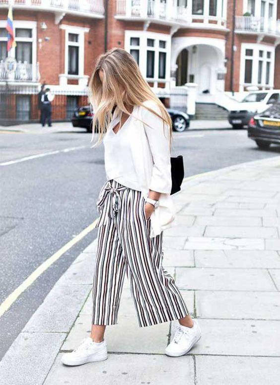 blusa branca, calça listrada pantacourt e tênis branco
