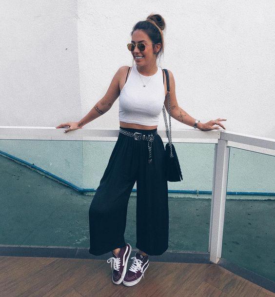 cropped branco, calça preta pantacourt e tênis preto vans