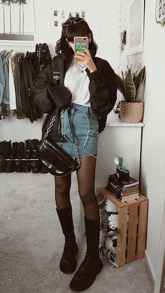 Lydia F. saia jeans, correntes e blusa branca