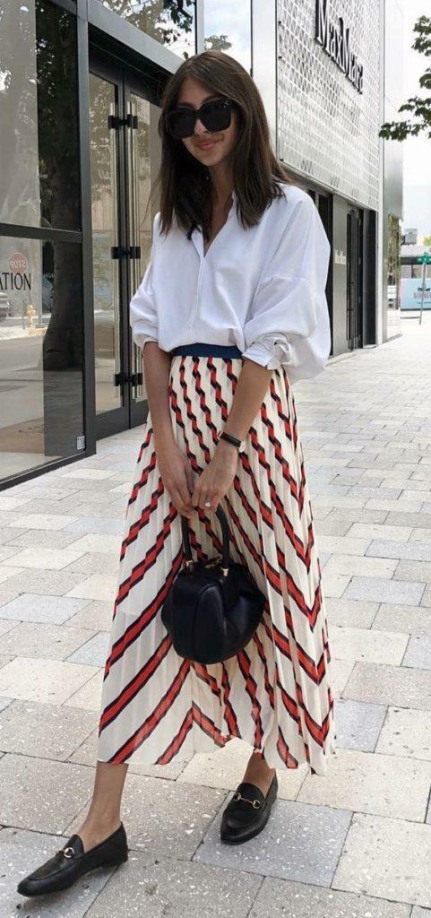 camisa branca, roupa listrada e loafer preto
