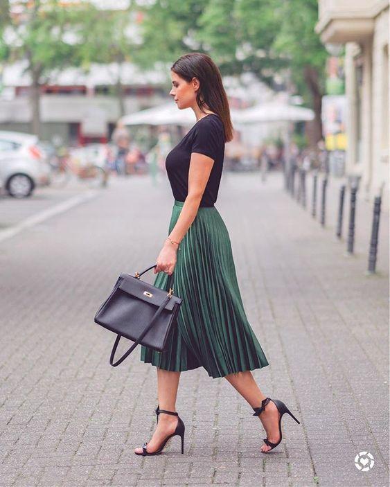 blusa preta, saia plissada e sandália de duas tiras