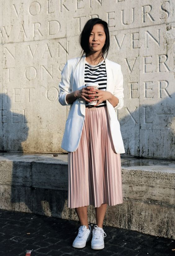 blazer branco, blusa listrada, saia rosa e tênis branco