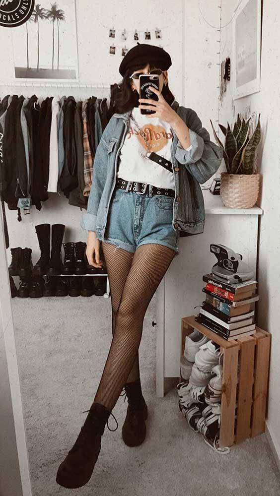 Lydia F. jaqueta jeans, blusa branca, short jeans de cintura alta, meia-calça e coturno