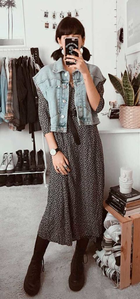 Lydia F. sobreposição vom vestido de manga e colete jeans, meia calça e coturno
