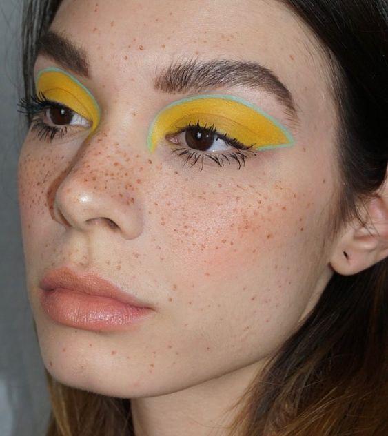 sombra amarela e delineado colorido verde