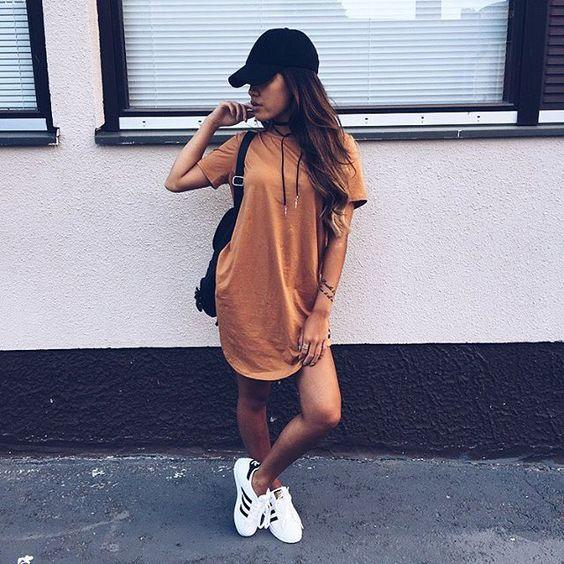 t-shirt dress, boné preto e tênis branco