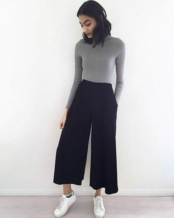 blusa cinza de gola alta, calça preta pantacourt e tênis branco