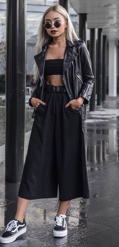 jaqueta de couro, cropped preto, calça preta pantacourt e tênis preto vans