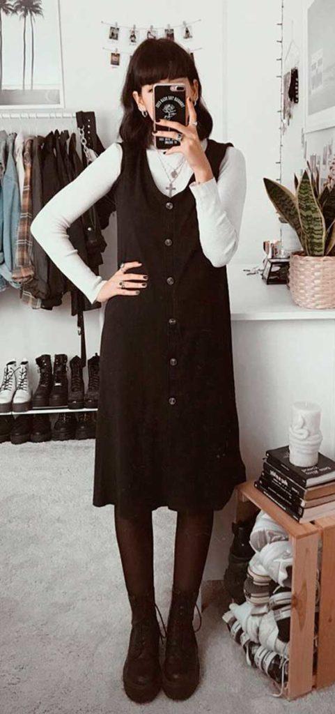 Lydia F. sobreposição com vestido preto e blusa branca de manga, meia calça e coturno preto