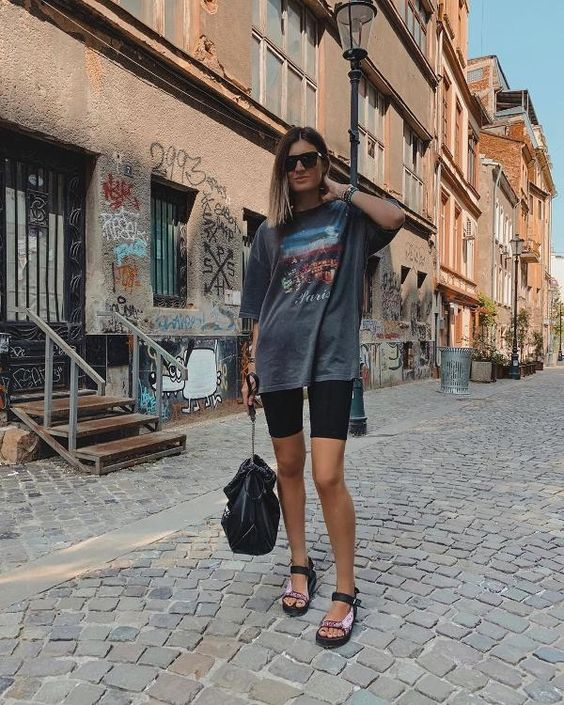 t-shirt oversized, biker shorts