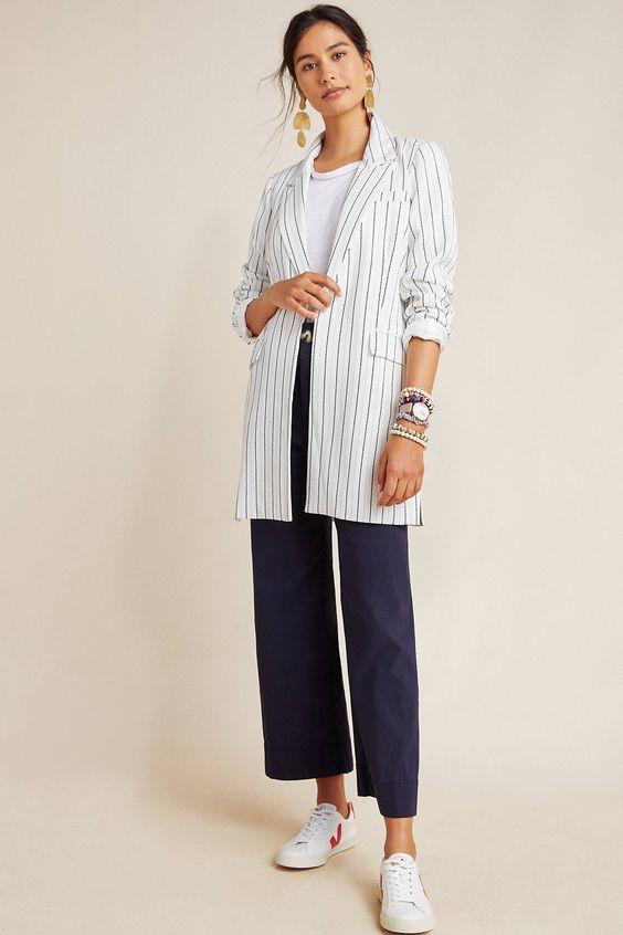 blazer branco listrado, blusa branca, calça pantacourt