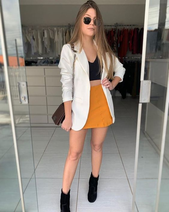 blazer branco, cropped preto, saia amarela e ankle boot