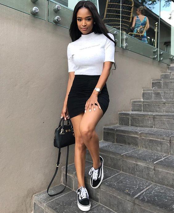 blusa de bola alta branca, saia preta e tênis preto