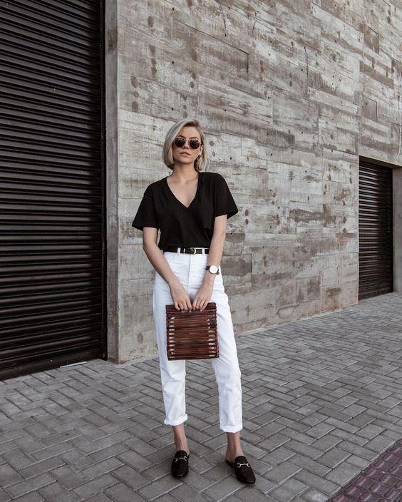 blusa preta, calça branca e loafer