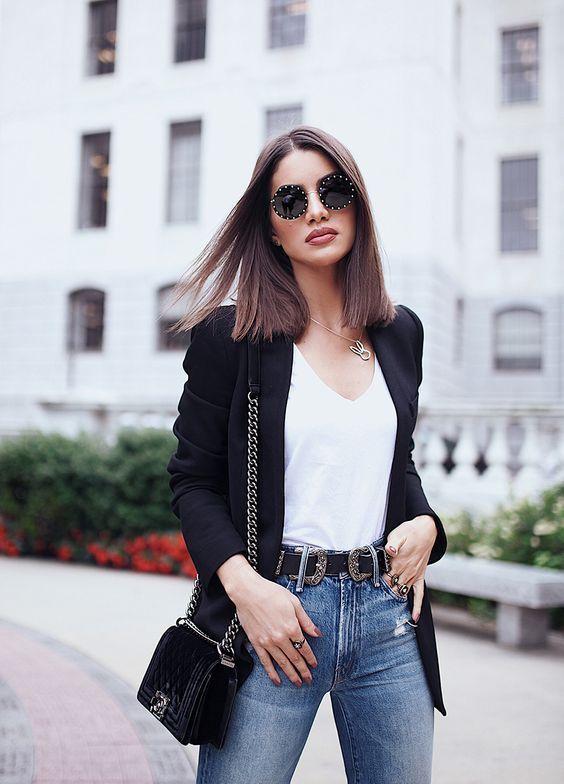 blazer preto, blsua branca e calça jeans, cinto western e bolsa de corrente