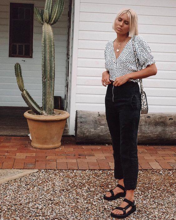 blusa floral, calça preta, e sandália