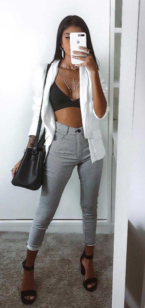 camisa branca, top preto e calça xadrez