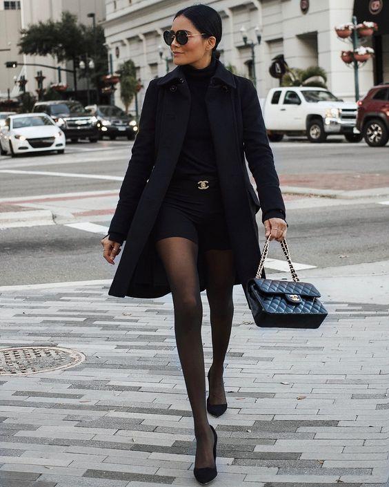 chique, look all black, maxi casaco, meia-calça e cinto de logo