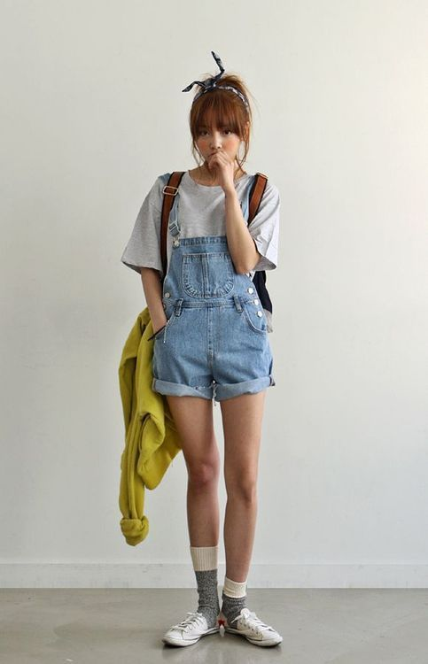 blusa cinza e jardineira jeans