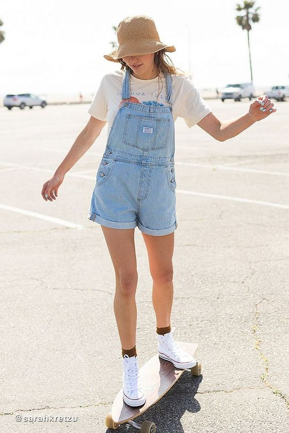 blusa branca, jardienira jeans, chapéu fedora e tênis branoc