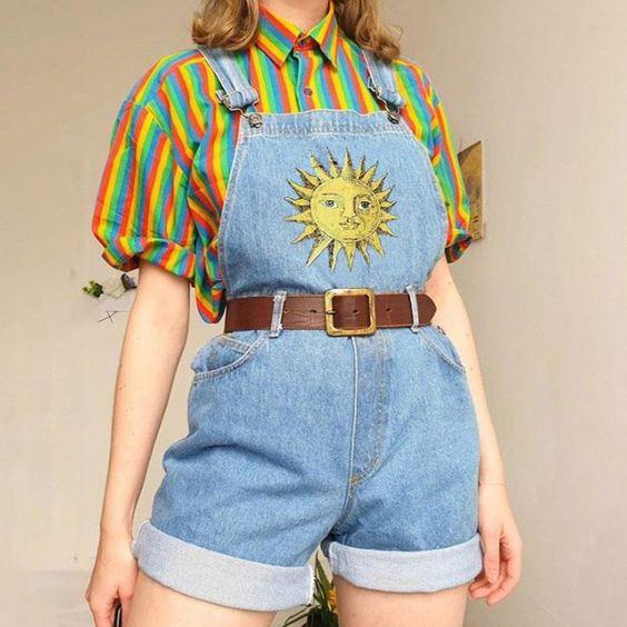 camisa listrada e jardineira jeans com cinto