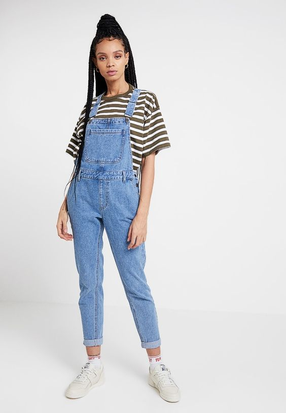 blusa listrada. macacão jeans e tênis branco