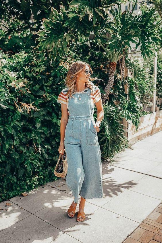 blusa com listras coloridas, jardineira jeans pantacourt, rasteirinha caramelo