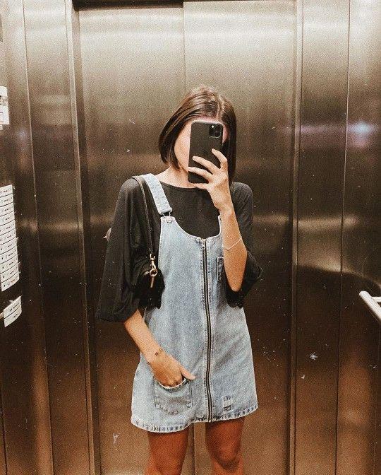 Blusa preta, jardineira jeans com ziper