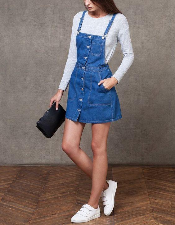 blusa de manga branca, jardineira jeans com botões, tênis branco