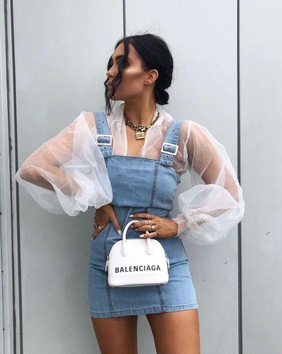 blusa com manga de organza, jardienira jeans e mini bolsa branca balenciaga