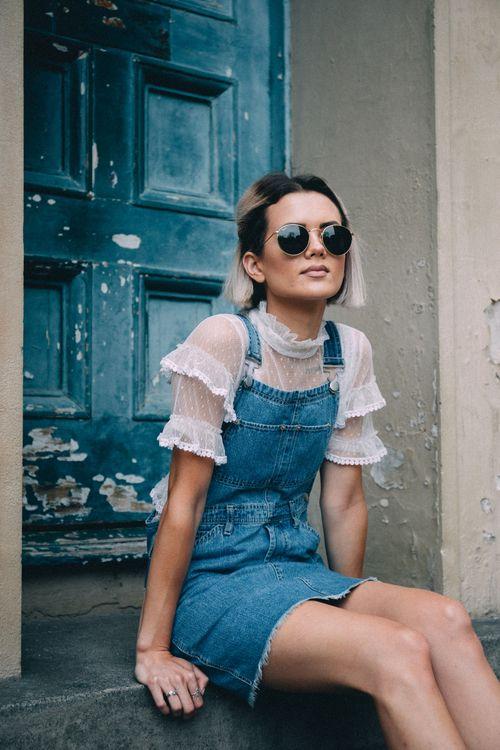 blusa com manga de organza e babados, jardineira jeans