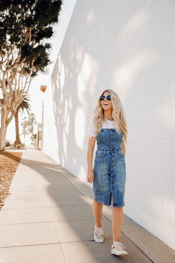 blusa branca, jardineira jeans midi e tênis