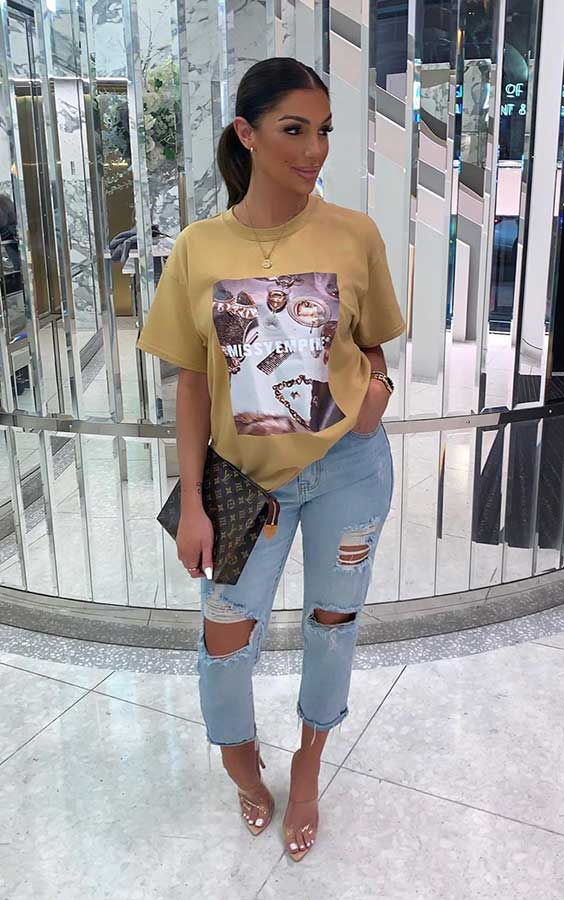look para o fim de semana, t-shirt amarela estampada, calça jeans destroyed, sandália de plástico