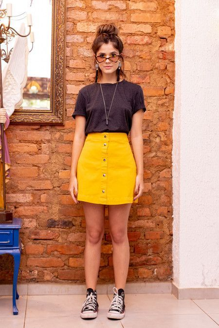 blusa preta, minissaia amarela, all star preto