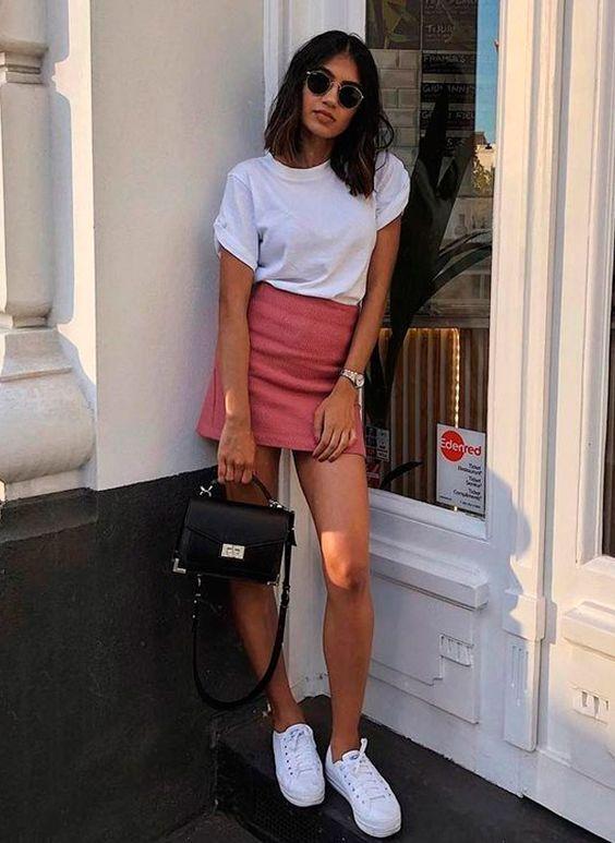blusa branca, minissaia rosa e tênis branco