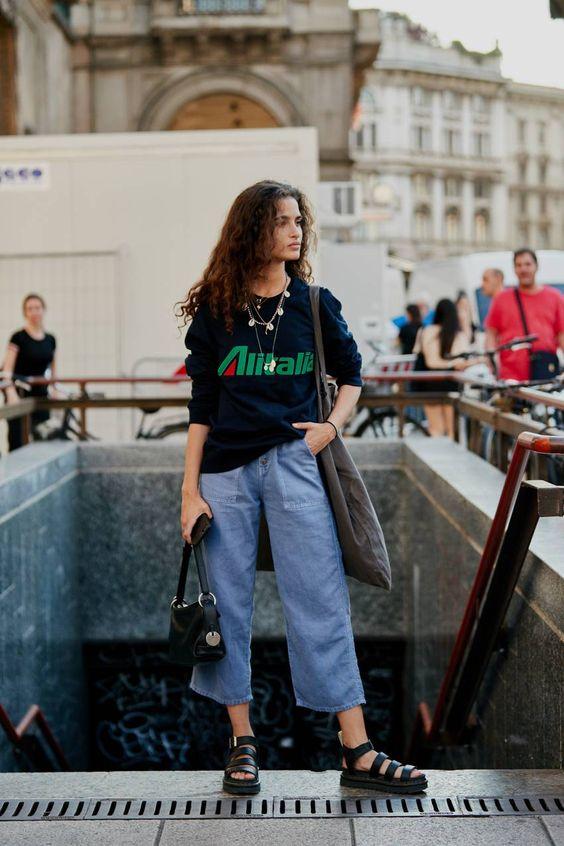 t-shirt preta, calça jeans pantacourt, papete preta