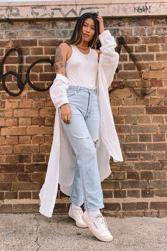 regata branca, maxi casaco branco, mom jeans