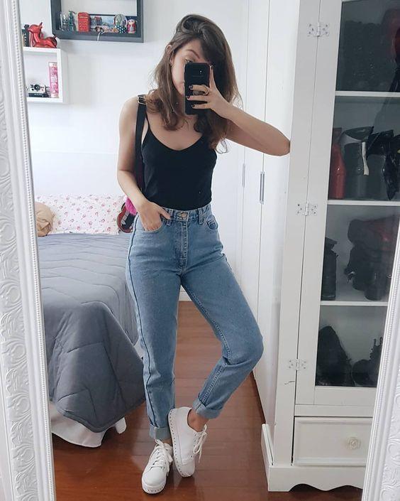 regata preta, mom jeans e tênis branco