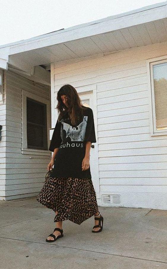t-shirt preta oversized, saia longa, papete preta