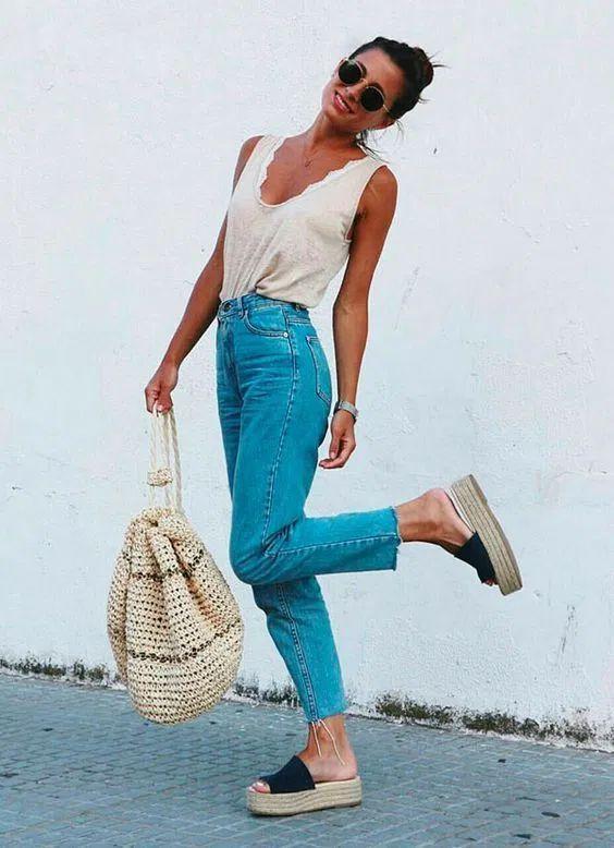 regata bege, bucket bag, mom jeans e sandália plataforma