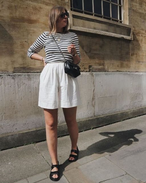 blusa listrada, short branco, papete preta