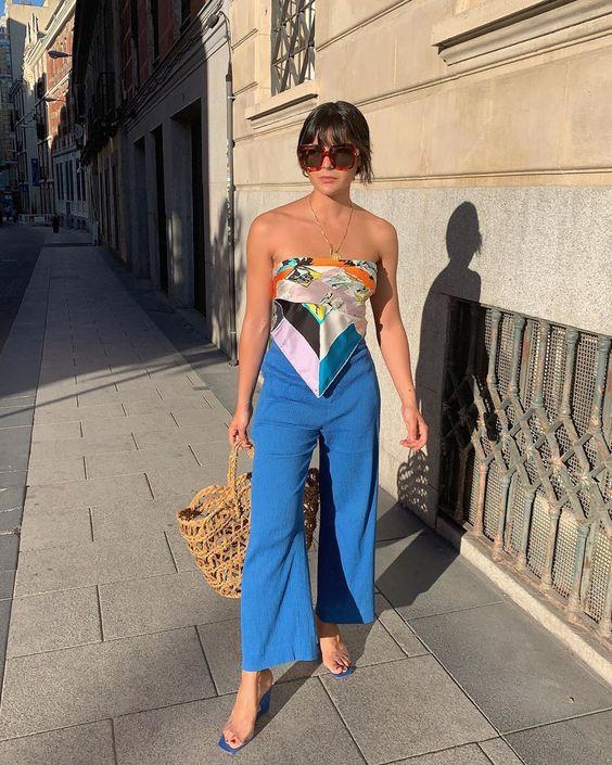 lenço como top, calça de alfaiataria azul e sandália de plástico