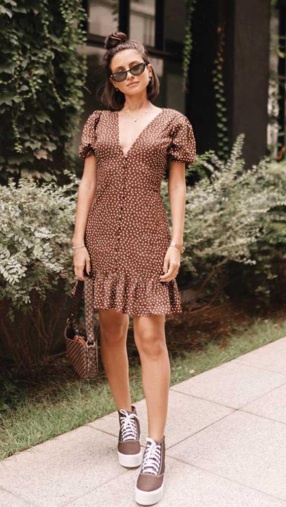 looks de verão, vestido marrom com estampa de bolinhas e decote, tênis com salto plataforma