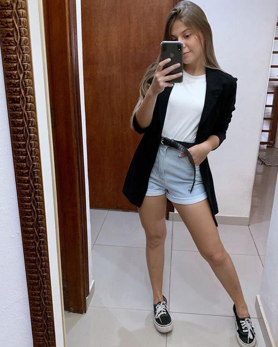 blazer com blusa branca e short jeans