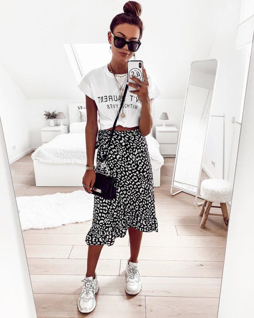 blusa branca, saia midi e tênis branco