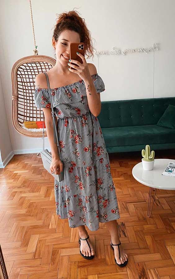 vestido midi com estampa floral, rasteirinha