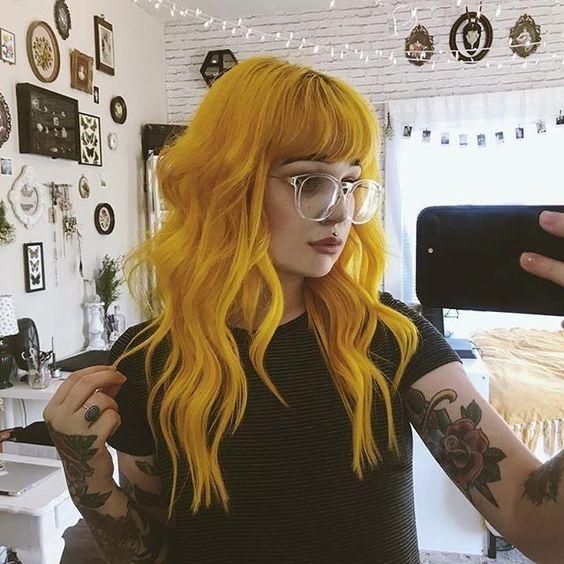 Cabelos coloridos ondulados amarelos