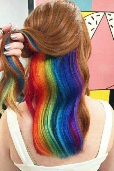 Cabelos coloridos, corte médio arco-íris